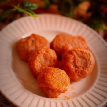 すりおろした山芋に全粒粉を入れ、塩とカレーパウダーで味付けして揚げたシンプルなレシピ。ふわふわとした食感がたまらない一品!おつまみや、お弁当のおかずにも◎