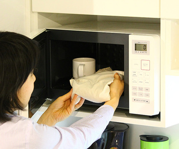 冬は電子レンジでチンして温めて使うことができますし、夏はジッパーバッグなどに入れてから冷蔵庫で冷やして使うこともできます。温でも冷でも使えてオールシーズン活躍しますね。