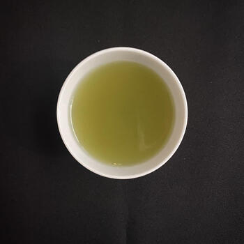 すっきりとした味わいは、目覚めの一杯にも食事にも合いますよ。ブレンドされている「黒文字の木」には抗菌や消炎作用があるとされていて、体調を崩しがちな寒い時期にぴったりです。