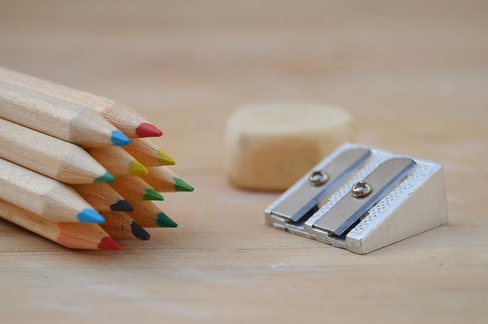 鉛筆削りや消しゴムはお手持ちの使いやすいものでOKです。電動消しゴムを使うと細かく消すことができて表現の幅が広がるそう。また、光った部分を表現するために練り消しを使って白を浮き立たせる技法もありますので、いろいろ試してみてください。  鉛筆削りも、電動のものを使えば頻繁に削るのも苦じゃなくなりますね。細かく描くために色鉛筆の芯を長く細くしたい場合は、小刀などで自分の手で削って使いましょう。