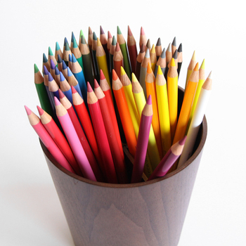 今まで何となく使っていた色鉛筆で、こんなに本格的な絵が描けるなんて驚きですね。画材も手に入れやすく、水彩や油絵より場所も取らないのでとってもチャレンジしやすいと思います。おうち時間の新しい趣味として楽しんでみてください。