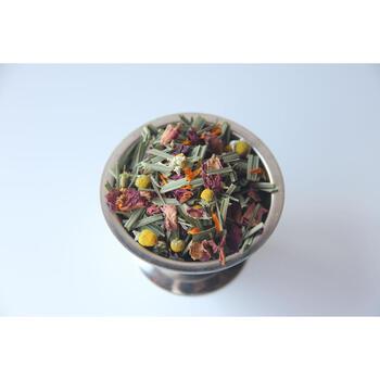 生姜入りのハーブティーはいかがでしょうか?こちらの茶葉は、南阿蘇産のレモングラスがベースで飲みやすいのが特徴。さらに、有機栽培の生姜やシナモンのほか、香り豊かなカモミールやローズヒップやローズペタルのお花のハーブがブレンドされています。