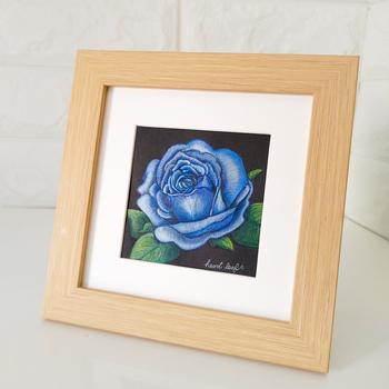 黒地に描かれた青いバラが神秘的です。メタリックの色鉛筆が使用されていて角度によってキラキラと輝いて見えるそう。このように絵柄を引き立てる画材を使うとオリジナリティが高まります。