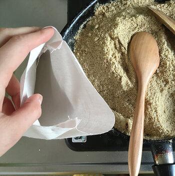 ぬか:米:塩を、2:2:1の割合で混ぜてフライパンで炒り、内袋に詰めるだけ。じんわりとした優しい温かさですので、寝るときのおともにぴったりです。