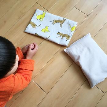 切れ端の布でも作れちゃうオリジナルカイロ。内袋はぬかがこぼれないよう目の詰まった生地に、外袋はお気に入りの柄でどうぞ。