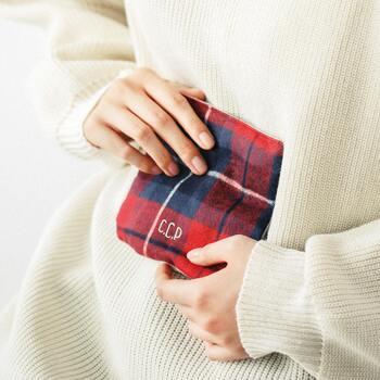 シルクの真綿を綿生地で包んだ「まわたんぽ(R)」は、発熱体を使わない、繰り返し使えるエコなカイロ。