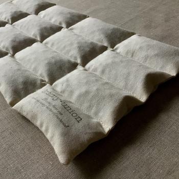 小豆がたっぷり400g入った大判のカイロ。25gずつキルティングに収まっているから、小豆がかたよってしまう心配ゼロ。