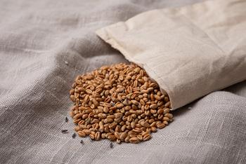 オーガニックの小麦を100%使用したアイピロー。リラックス効果があるといわれている天然のラベンダーが含まれているので、香りからも癒されます。
