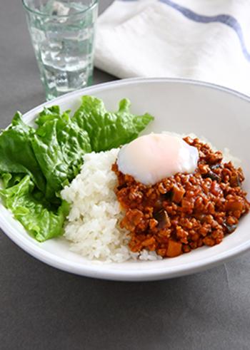 お肉の代替品としてダイエッターの注目を集める大豆ミート。ミンチ状の大豆ミートはひき肉の食感そのものです。カレーがヘルシーな分、温泉卵をトッピングしても低カロリーで収まりますね。