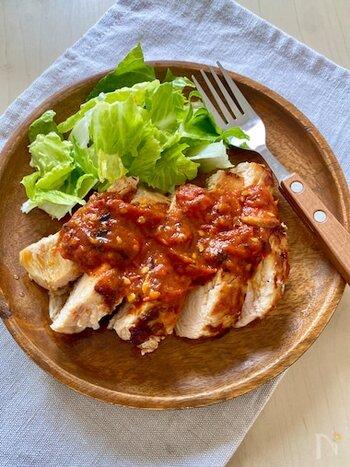 焼いた胸肉にガーリックトマトソースをかけるだけのシンプルなステーキですが、見た目はご覧の通りとっても豪華。胸肉は弱火でじっくり焼くとやわらかく仕上がるそうです。
