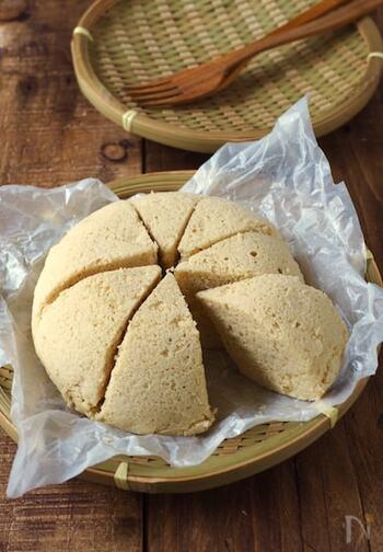ふんわりふくらんだ蒸しパンはなんと小麦粉不使用。粉末のおからパウダーだけで作る低糖質メニューなんです。ボウルで混ぜてチンするだけなので、忙しい朝でも簡単ですよ。