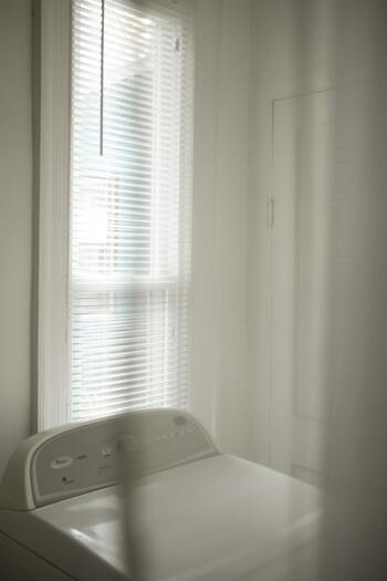 ブラインドのメリットのもう一つは、プライバシーを守りながら光を通してくれる点です。複数のスラットの角度を変えることで、外からの視線をカットしながら、お部屋を明るくすることができます。脱衣所やお風呂場にブラインドがよく採用される理由ですね。