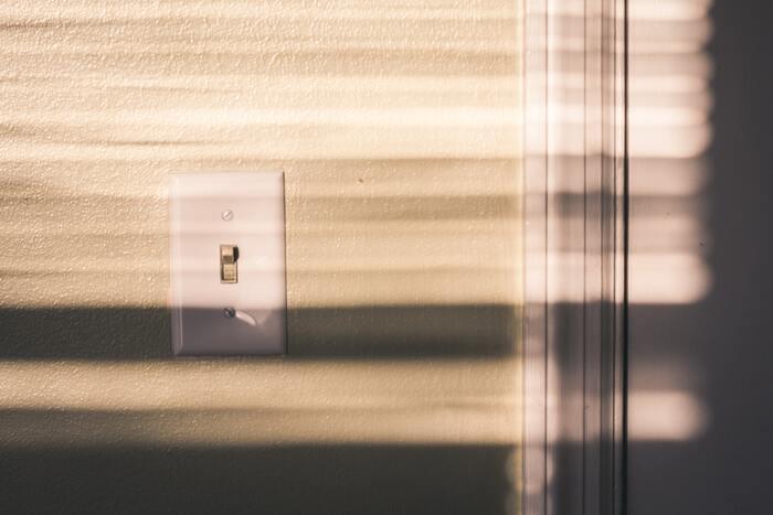 ブラインドのメリットは採光のコントロールが細かに行える点も挙げられます。ブラインドを閉じれば暗くすることができるので、寝室などで使っても快適な暮らしをサポートしてくれます。また、光の調節をしながら空気も入れ替えられるのもブラインドならではの機能です。
