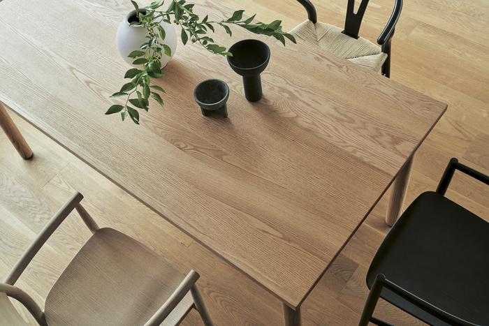 ナチュラルな無垢材を使用していますが、組み上げや仕上げには日本の伝統技術が駆使されており、細部まで行き届いた作りになっています。どんな椅子でも合うので、お好きな椅子を組み合わせて楽しんでみてください。