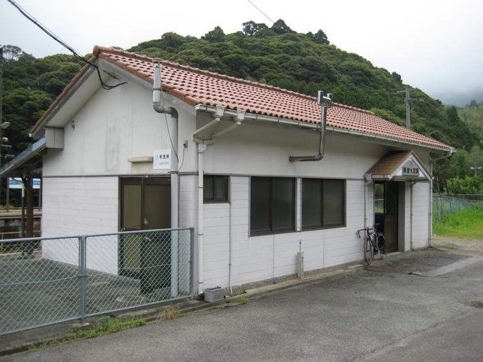 赤レンガ屋根の風情ある駅舎は、1935年に阿波大宮駅が開業されてから、静かに時間を刻み続けながら、現在でも現役の駅舎として活躍しています。