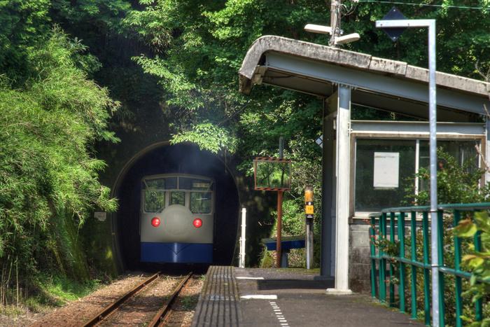 家地川駅構内は、単式ホーム1面1線となっている地上駅です。駅ホームのすぐ近くにはトンネルがあり、トンネルから列車が乗り入れてくる瞬間は臨場感があります。