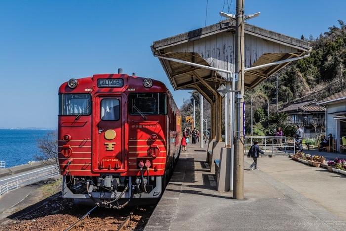 愛媛県伊予市双海町に位置する下灘駅は、香川県高松市の高松駅から愛媛県宇和島市の宇和島駅を結ぶ予讃線沿線上の鉄道駅です。