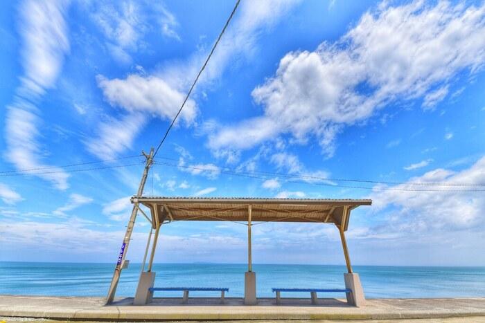 駅ホームから伊予灘の広い海を眺めることができる下灘駅は、鉄道写真の撮影名所のひとつとしても知られており、多くの鉄道ファンの間で人気の駅となっています。抜けるような青空、空に浮かぶ白い雲、ぽつんと佇む駅ホーム、青い海が織りなす美しい景色から、下灘駅は映画のロケ地として使用されたり「青春18きっぷ」のポスターに採用されたりもしています。