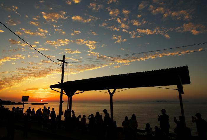 下灘駅は、夕陽の名所としても有名な駅です。夕暮れ時になると伊予灘へ沈みゆく夕陽を観るために大勢のギャラリーが集まっていることもあります。