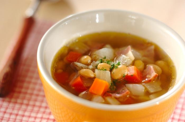 大豆や野菜がたっぷり入ったスープは、栄養バランスが良く食べ応えもバッチリ。スープでお腹が満たされれば、主食の量も控えめにできますね。