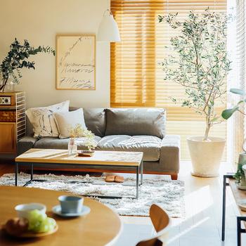 木でできたウッドブラインドは、ナチュラルな風合いが最大の魅力です。お部屋の家具と合わせれば、統一感が取れてすっきりと見えます。多少の風ならバタつかずに、静かなのもメリットです。