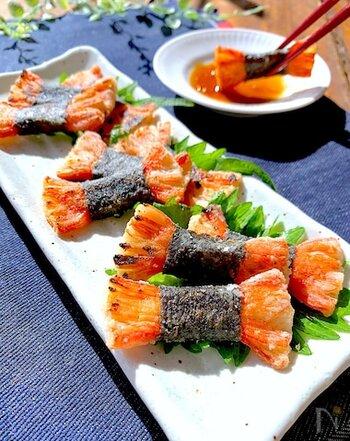 生で食べることが多いカニカマですが、焼くとまた違った味わいに。端をほぐしたカニカマに海苔を巻き、焼いたら出来上がり。ニンニク醤油のつけだれとよく合います。