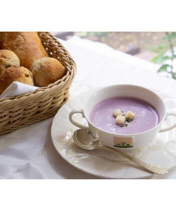 903年から続く老舗洋食レストラン「日比谷松本楼」の味をおうちで手軽に楽しんでみませんか?紫芋の甘みが際立つオリジナルのポタージュスープは、色合いも美しく贅沢気分♪解凍すればすぐに食べられますよ。