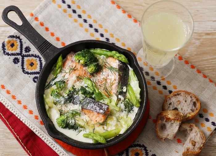 野菜や良質なたんぱく質をしっかり摂れて、体があたたまる「サーモンとキャベツのクリーム煮」。冬の食卓におすすめです。  材料で、白ワインや生クリーム、サワークリーム(或いはヨーグルト+レモン汁 で代用可)などを用意するひと手間はありますが、爽やかなクリームの風味が、淡白な鮭の味わいにマッチ* パンと一緒にいただいても美味しいですよ。