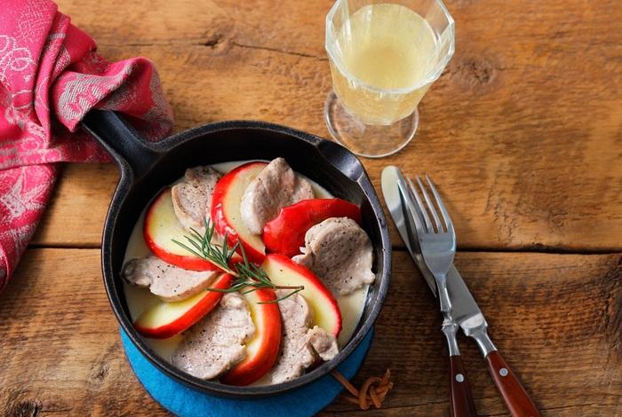 簡単に作れるのに、豚肉&りんごを交互に並べたビジュアルが美しい!ご褒美ごはんにぴったりな「豚肉とリンゴのバタークリーム煮」。生クリームとシードル(或いは白ワイン、りんごジュース)でつくるソースが、豚肉の旨みと相性抜群です。  「スキレットが家にあるのに、棚の奥にしまい込んでいる…」という方、ぜひこの機会にスキレットを使いましょう*