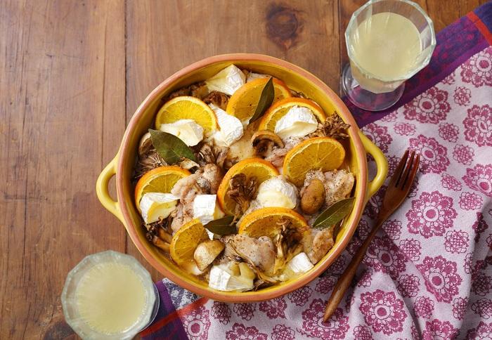 「鶏もも肉×カマンベールチーズ×オレンジ×きのこ」という、気になる具材の組み合わせによる、おしゃれな一品メニュー。それらの具材をローリエと共に耐熱皿にのせ、塩コショウで味を整えたら、高温のトースターで焼き上げます。  カマンベールチーズのとろ~っととろける様子、焼きオレンジのジューシーな香りを想像するだけで、リッチな気分になれますね♪