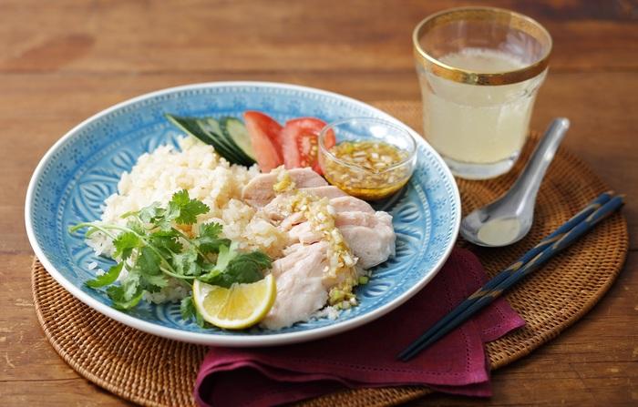 「カオマンガイ」といえば鶏もも肉を使ってつくるレシピが多いですが、さっぱり味のサラダチキンを使って、お手軽につくってみませんか。  袋に入ったままサラダチキンを沸騰した鍋の中であたためれば、あとはタレ、ご飯などを添えるだけで完成◎お米をジャスミンティーで炊くと、異国感をばっちり味わえますよ。