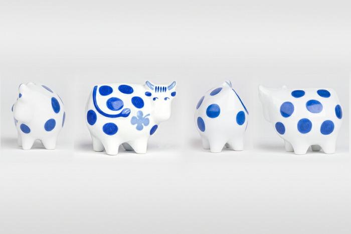 艶やかな磁器で出来た丑さんは、白と青のコントラストが爽やかです。和室にも洋室にも似合うオブジェですね。幸運を呼ぶ四葉のクローバーがお腹に描かれています。