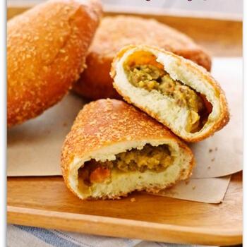 カレーパンがホットケーキミックスで作れるなんて、驚きですね!しかも、フライパンに入れる油は大さじ3のみで、揚げずに作れるのも魅力のレシピ。ホットケーキミックスのパン生地には、マヨネーズを入れるのがポイント。お好みのカレーを中に入れて作ってみてください♪