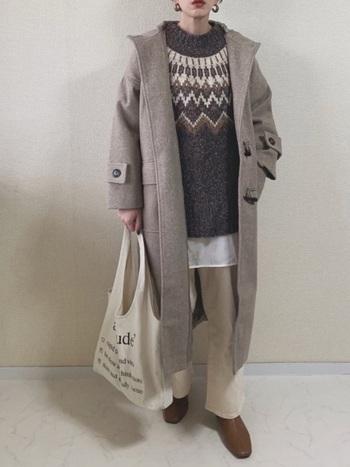 レトロなノルディック柄のセーターが印象的。ダッフルコートはフロントオープンにして、キュートなセーターの柄を目立たせるのがポイントです。