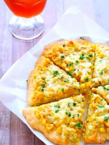 こちらのピザ生地は、豆腐を入れずに、ホットケーキミックスとオリーブオイル、塩、水だけで作れます。トッピングは、コーンとツナ、マヨネーズ、カレー粉を使ったしっかり味。通常のHMで作ると甘めの生地になるので、しっかりと味付けをしたトッピングが合うのだそう。パセリを振れば、彩りもバッチリです♪