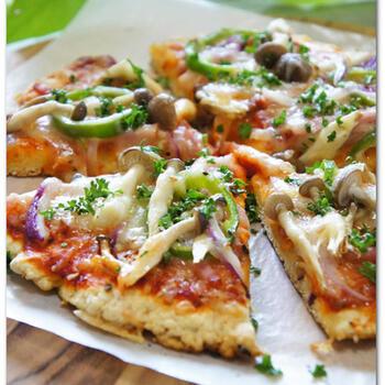 ホットケーキミックスで作るピザはふんわりしているイメージですが、クリスピーなピザも作れますよ。こちらのピザは、サクっとした食感が特徴。ポイントは、生地をかなり薄く伸ばすことです。お好みの食感に仕上がる厚みや焼き加減を見つけてみてくださいね♪