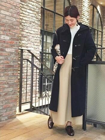 どうしてもダークで重たい印象になりがちなネイビーのロングコート。トップスとボトムスは白&ベージュで明るくまとめます。