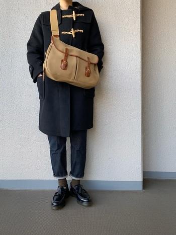 トグルを全部留めると、かっちりとした印象になりますね。斜め掛けするバッグのショルダーは短めにして、軽快な印象に。