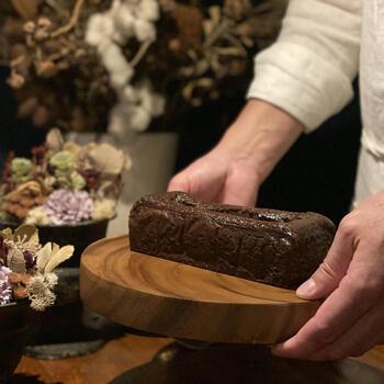 素材にこだわり味わい深いクラシックケーキなどを製造・販売する、福岡県福岡市の人気焼き菓子店「SPICA CLASSIC CAKE(スピカ クラシック ケーキ)」の、厳選された素材から作られるクラシックケーキ「チョコレート」。