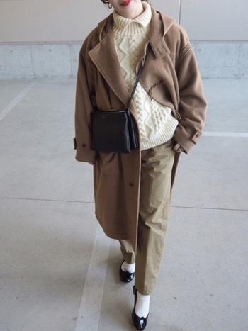 ベージュ&ホワイトで優し気な印象に。黒のバッグ&シューズで全体の印象を引き締めて。