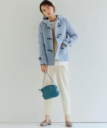 薄めのブルーのコートに、濃い目ブルーのバッグを合わせるとかわいいですね。白パンツで爽やかに。