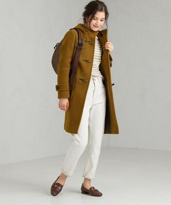 こっくりと深みのあるブラウンが美しいダッフルコート。インナーとボトムスは軽めの色、足元はコートと同系色を選んですっきりと。
