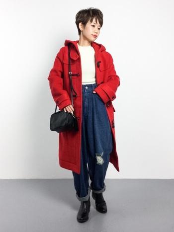 パッと明るい赤のコート。コート自体の存在感が強いので、合わせるアイテムはシンプル&ベーシックに。
