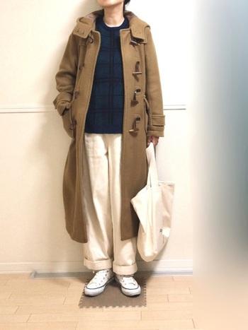 ロングコートは重たい印象になりがちですが、ネイビーのトップスにホワイトパンツで爽やかにまとめていますね。