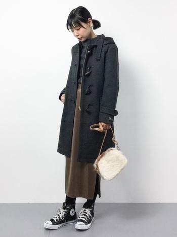 ブラウンのロングスカートを合わせて大人っぽく。ファーのバッグでフェミニンな要素をプラス。