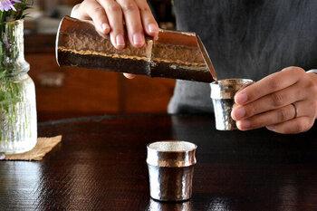 竹を模した錫製で、祝の席をワンランクアップさせてくれる、日本美あふれる奥ゆかしい酒器セットです。  老舗日本料理店『日本橋ゆかり』の三代目料理人、野永喜三夫氏と能作とのコラボ作品で、お酒を一層おいしくいただけるよう、工夫が詰まっています。