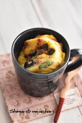 ホットケーキミックスでマグカップケーキを作ったことのある方もいるでしょう。ケークサレは、同じくマグカップでも作れますよ。5分でできちゃうので、朝ごはんにもぴったり。野菜などはあらかじめ切っておきましょう。電子レンジで作れるのも嬉しいですね♪