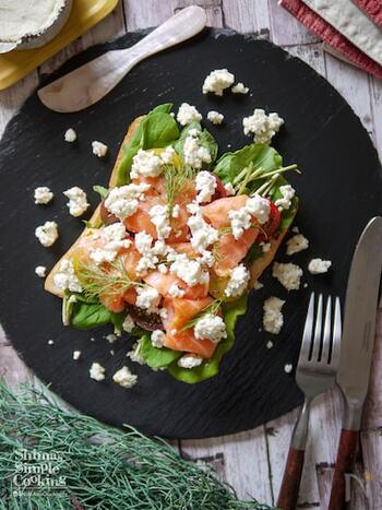 サーモンを贅沢に使用し野菜もたっぷり食べられる、まさにスモーブローの定番レシピの一つ。ディルを仕上げにトッピングして完成です。レシピのようにブルサンチーズを使用してももちろん美味しいですが、お好みに合わせてチーズを変えてアレンジしてもGOOD!