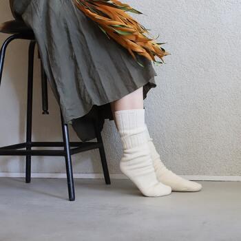 お出かけ先で足先が冷たいと、せっかくの楽しい時間も気分が下がってしまいますよね。保温効果の高い紡毛ウールを使用したソックスなら、肌触りもふわふわで温かいので快適に過ごせそう。洗濯しても縮みにくいので、長く愛用することができますよ。