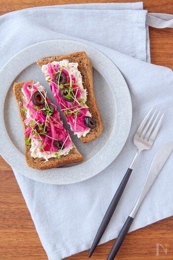 紫キャベツ、ツナ、クリームチーズが最高にマッチするスモーブロー。紫キャベツは北欧の家庭でよく使われている食材。トッピングにディルをプラスすると更に北欧感が増しますよ。